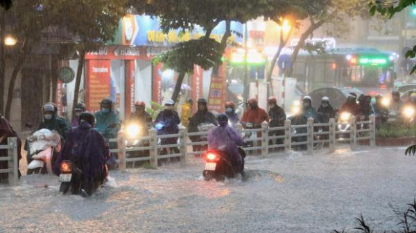 Bão số 4 giật cấp 10 trên Biển Đông, miền Bắc mưa lớn tầm tã, nhiều nơi nguy cơ ngập