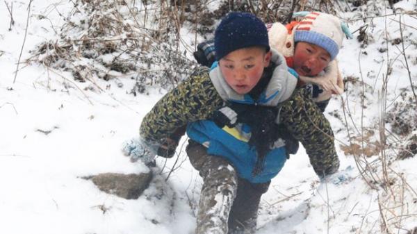 Cậu bé 9 tuổi cõng em trai xuống núi dưới cái rét -11 độ sau 3 năm giờ ra sao?