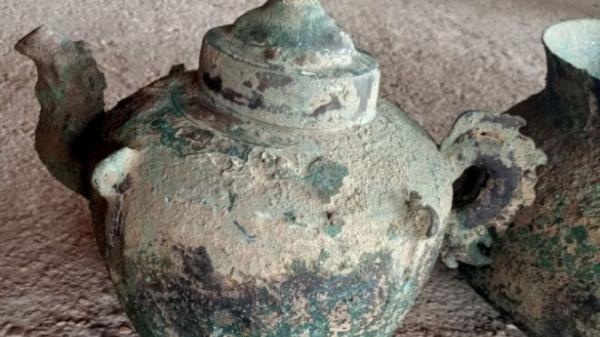 Cổ vật nghi ấm quai rồng có niên đại khoảng 600 năm được phát hiện tại Nghệ An