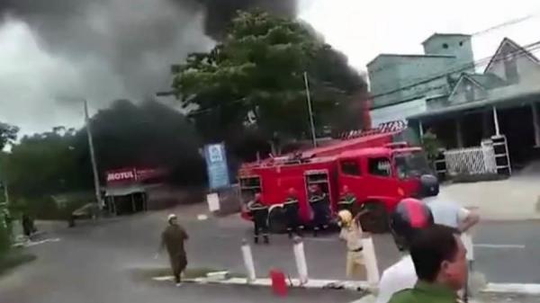 Cháy xe bồn sau tiếng nổ, tài xế tử vong, vợ chồng chủ cây xăng bỏng nặng
