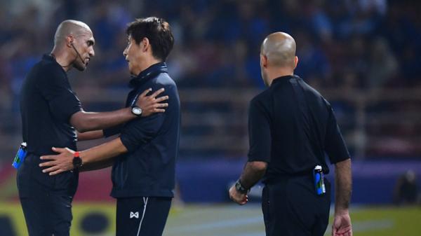 """Fan Thái Lan ném đá trọng tài vì thất bại cay đắng ở tứ kết U23 châu Á: """"Trình độ của ông ta nhiều như số tóc trên đầu"""""""