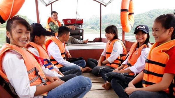 Yên Bái: Người lái thuyền thiện nguyện đưa trẻ tới trường