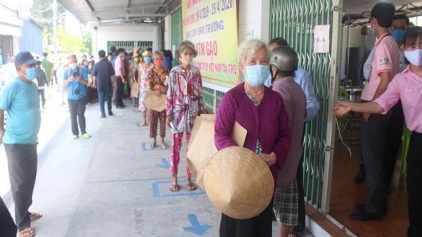 Bến Tre: Mỗi người được nhận 2 kg gạo kèm trứng gà từ máy ATM