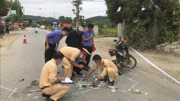 Hai xe máy đấu đầu làm một người chết, hai người bị thương