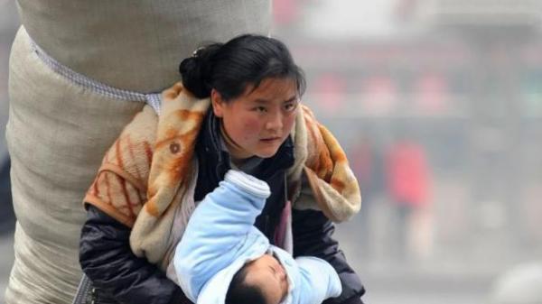 Người mẹ cõng bao đồ to gấp đôi người, một tay bế con về quê ăn Tết giờ ra sao?