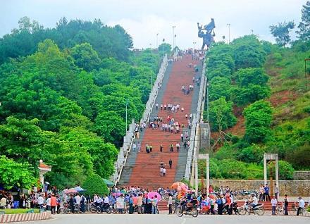 Đường chính dẫn lên Tượng đài Chiến thắng Điện Biên Phủ