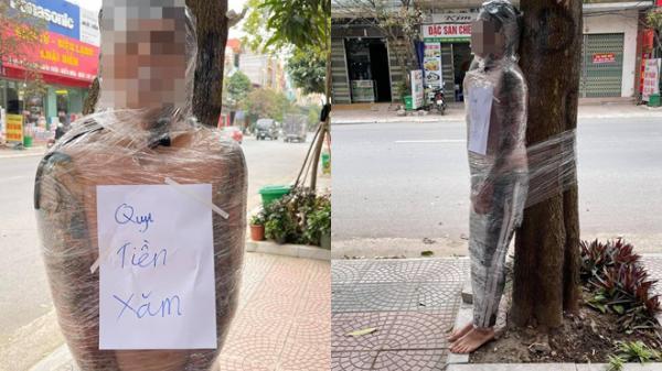 Xôn xao bức hình thanh niên bị quấn băng kín người, trước ngực đeo tấm biển với nội dung bất ngờ!
