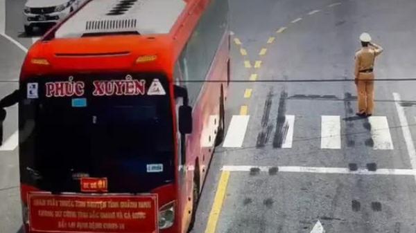 """Trung úy CSGT đứng nghiêm chào đoàn xe chở cán bộ  y tế chi viện tới Bắc Giang: """"Tôi đã không kìm nén được xúc động..."""""""