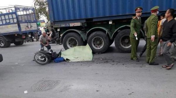 Xót xa cảnh người ông ngồi khóc ngất bên thi thể 2 cháu bị container tông tử vong tại chỗ