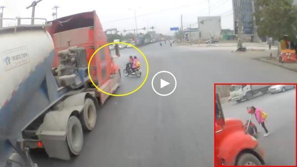 CLIP: 2 mẹ con tạt đầu xe container khiến bác tài phanh cháy đường