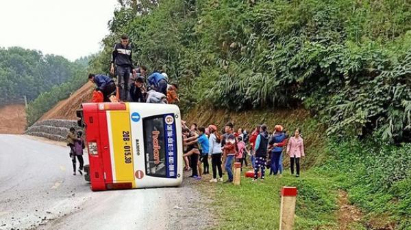 Lật xe buýt ngày mùng 5 Tết, 4 người bị thương