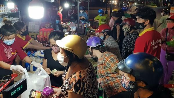 Sóc Trăng: Siêu thị VinMart bày hàng bán trên vỉa hè, gây tập trung đông người
