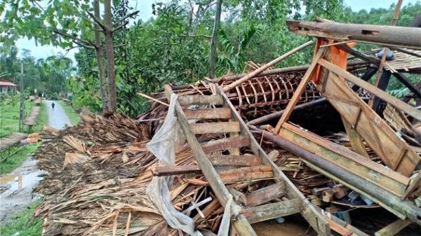 Lục Yên - Yên Bái: Nhiều nhà sập đổ do mưa to và dông lốc