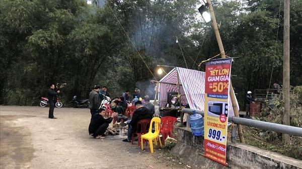 Dân lập chốt chặn xe vào bãi rác ở Hòa Bình