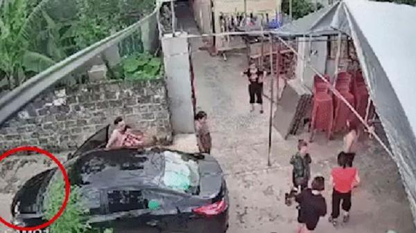 Hãi hùng: Mẹ chỉ lơ là vài giây, cháu bé bị ô tô cán qua người ngay trước cửa nhà