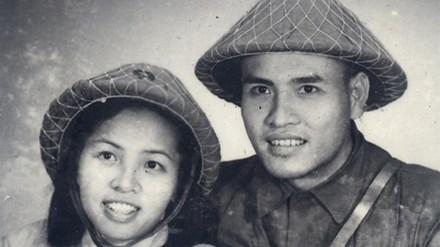 Vợ chồng y tá Hồng Minh khi về tiếp quản Thủ đô (1954). Ảnh:Bảo tàng Phụ nữ Việt Nam