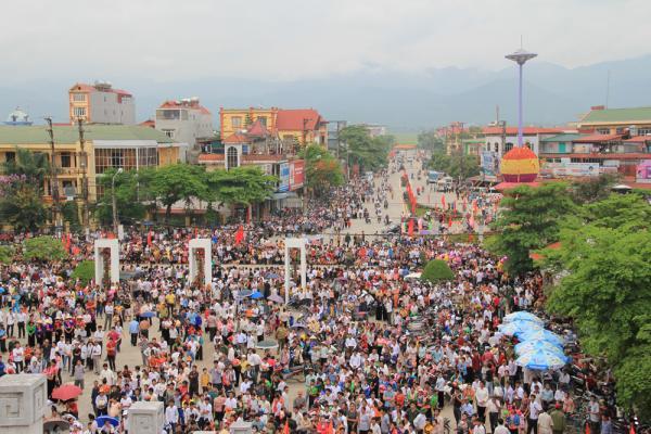 Biển người tại khu vực vòng xuyến Sân hành lễdịp kỷ niệm60 năm Chiến thắng Điện Biên Phủ (7/5/2014).