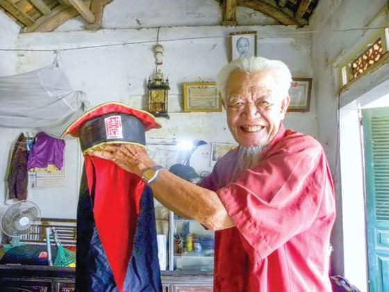 Cụ Khái tự hào khoe mũ lên lão của làng mình.