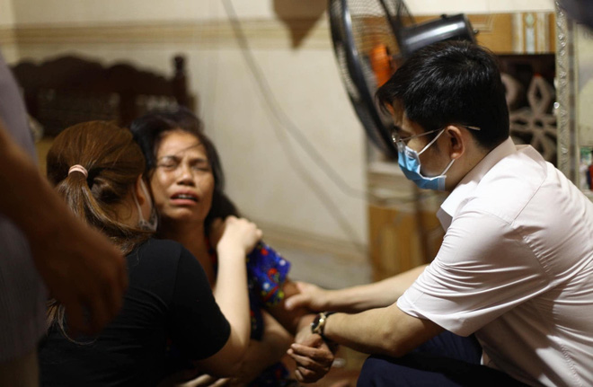 Bà Lan khóc ngất trước nỗi đau đớn khi mất đi 4 người con và cháu. Ông Trình Văn Nhã - Chủ tịch UBND huyện Thanh Chương đến hỏi thăm, chia buồn với gia đình nạn nhân.