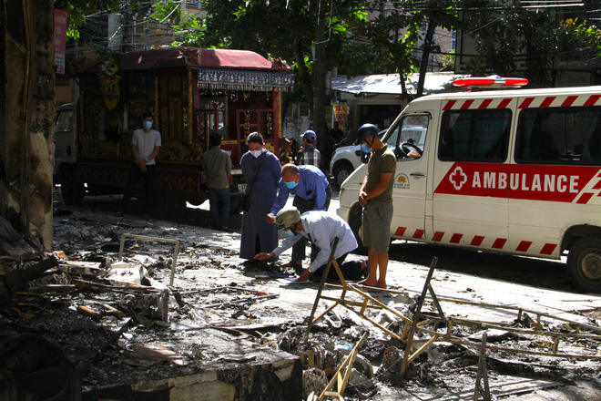 Chiều 15/6, xe đưa 4 thi thể trong gia đình anh H. trở lại hiện trường vụ cháy phòng trà trước khi đưa về quê mai táng.